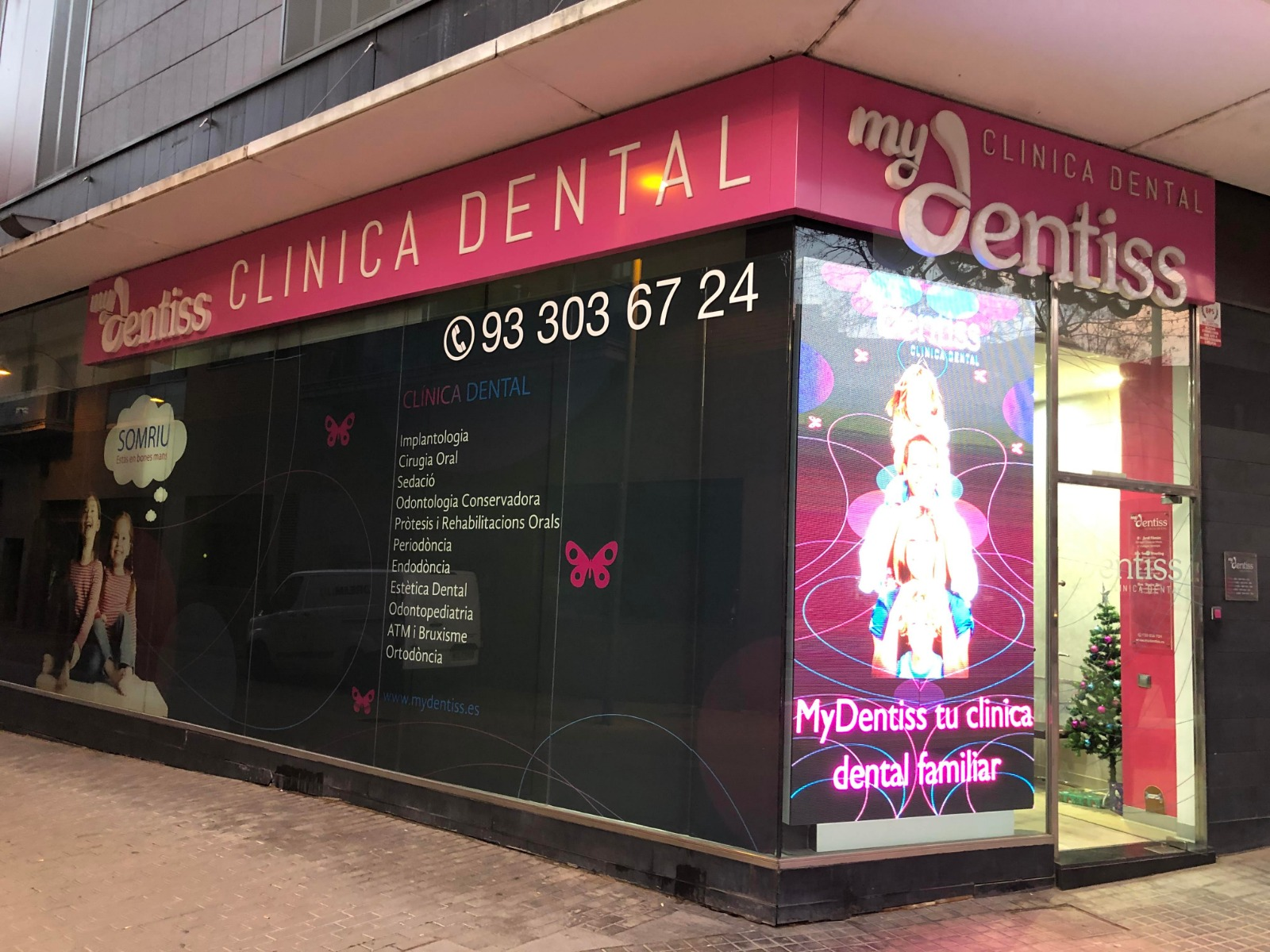 dentista barcelona escaparate led dreamlux