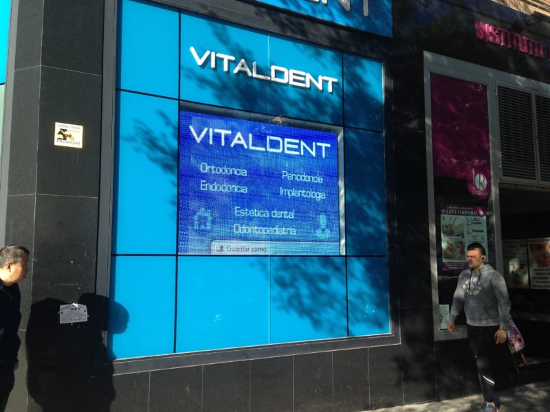 pantalla led en vitaldent madrid escaparate 1