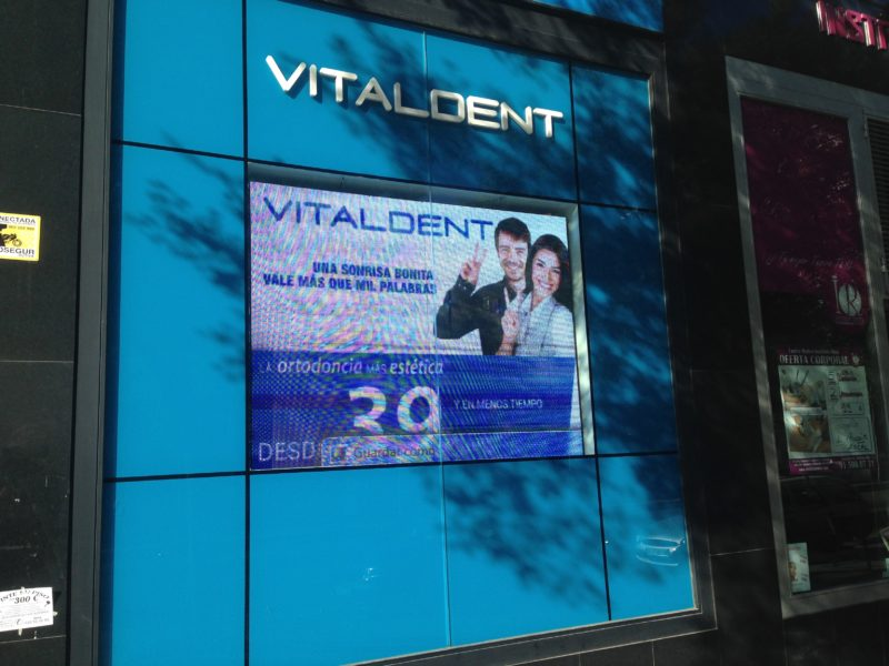 pantalla led en vitaldent madrid escaparate 2