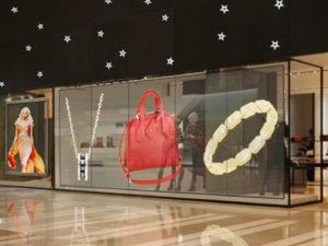 cortina led transparente en escaparate tienda retail