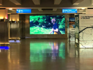 imagen de pantalla de led instalada en bilbao en la estación de metro y ferrocarril central