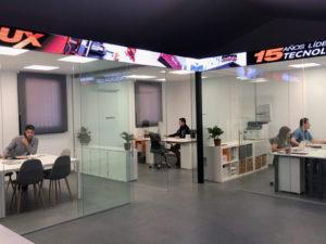 pantalla led de interior en ofiina a modo de rótulo