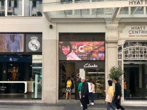 pantalla de led exterior en rótulo de negocio retail de zapatos en gran via de Madrid